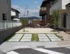 芝生と駐車場