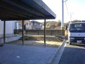 枕木のアプローチと駐車場