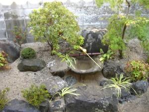 つくばいが目を引く 和風庭園